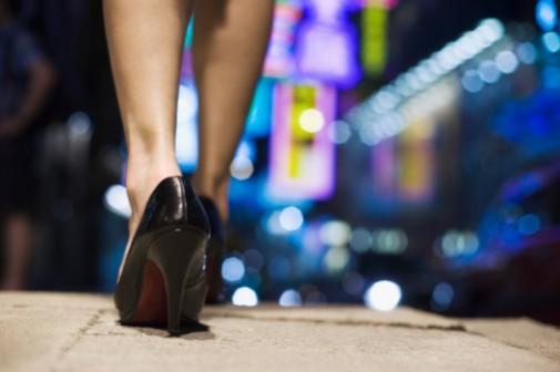 "Women's high heels have ""powerful effect"" on men"