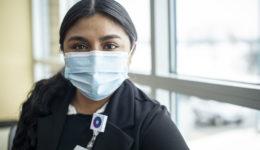 Tras bastidores en una clínica de vacunación contra el COVID-19
