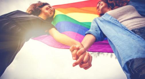 Cada vez, más estadounidenses se identifican como LGBTQ. ¿Cómo afecta esto a la atención de salud?
